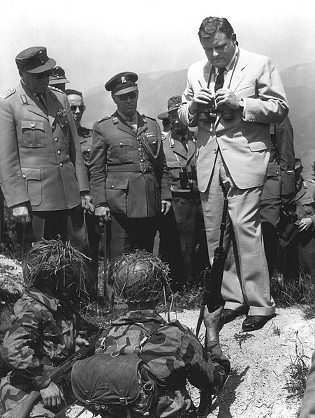 Fil:Soldiers briefing Dr. F.J. Strauss (Federal Minister of Defense) during field exercise1960.jpg