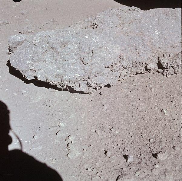 File:Spur crater boulder AS15-86-11689.jpg