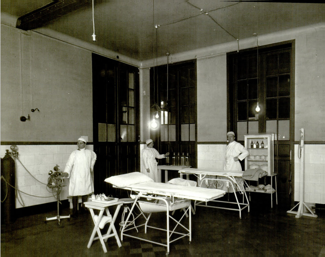 1140px-Surgical_assistants_in_WW1_U.S._Military_Hospital_No._57_Operating_Room.png