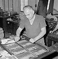 Tel Aviv. Typograaf aan het werk met zetsels voor het dagblad Dawar (Davar), Bestanddeelnr 255-1870.jpg