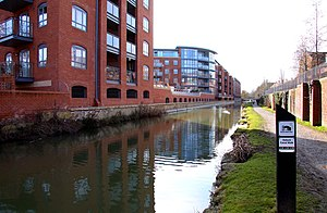 Eagle Ironworks, Oxford - The Oxford Canal from Walton Well Road in 2010. The modern apartments by the canal to the right have replaced the former Lucy's Ironworks.