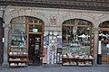Tienda de souvenirs en la Plaza Mayor de Segovia (27236777006).jpg