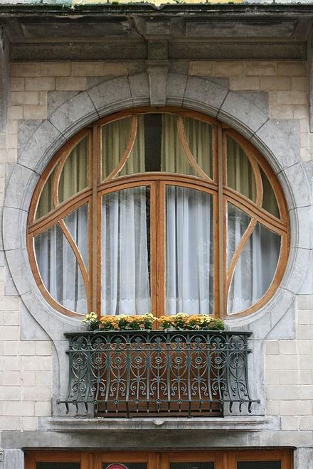 Le bois, le cadre, les arcs, les moulures, un éventuel balcon, le verre coloré, etc, contribuent à élargir la valeur décorative de la fenêtre. Cet art de la fenêtre prit un développement particulier dans l'Art nouveau. Ici une maison de Tournai, Belgique
