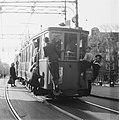 Trossen aan overvolle tram in Amsterdam door naoorlogs gebrek aan tramwagens., Bestanddeelnr 901-6720.jpg
