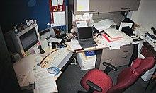 Oficina cargada con muchos dispositivos