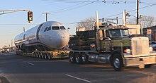 Photo de devant montrant le corps de l'avion tiré par un camion pour être déplacé vers un musée.