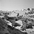 Uitzicht op de oude stadsmuren met de wijk die ervoor ligt, Bestanddeelnr 255-2292.jpg