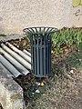 Une poubelle près du bassin tampon Les Bottes (Beynost).jpg