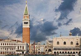 Vista di Piazza San Marco dal bacino omonimo, simbolo di Venezia e della regione