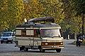 Vieux camping car aperçu vers la porte Dauphine à Paris.jpg