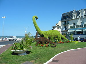 Villers-sur-Mer - Topiary dinosaurs address the sea