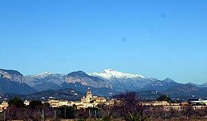 Vista de Santa Maria amb el puig Massanella nevat
