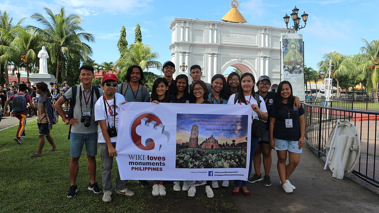 WLM PH 2018 photo walk in Camarines Sur group photo at Porta Mariae.jpg