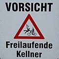 Warnschild - Vorsicht Freilaufende Kellner - vor einem Straßencafé.jpg