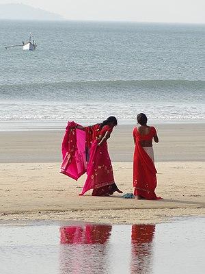 Women with sari at Colva beach (Goa, India)