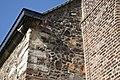 Zicht op muurwerk uit verschillende bouwperiodes, met zichtbaar hergebruikte Romeinse bouwmaterialen zoals dakpannen en tegels - Asselt - 20429597 - RCE.jpg