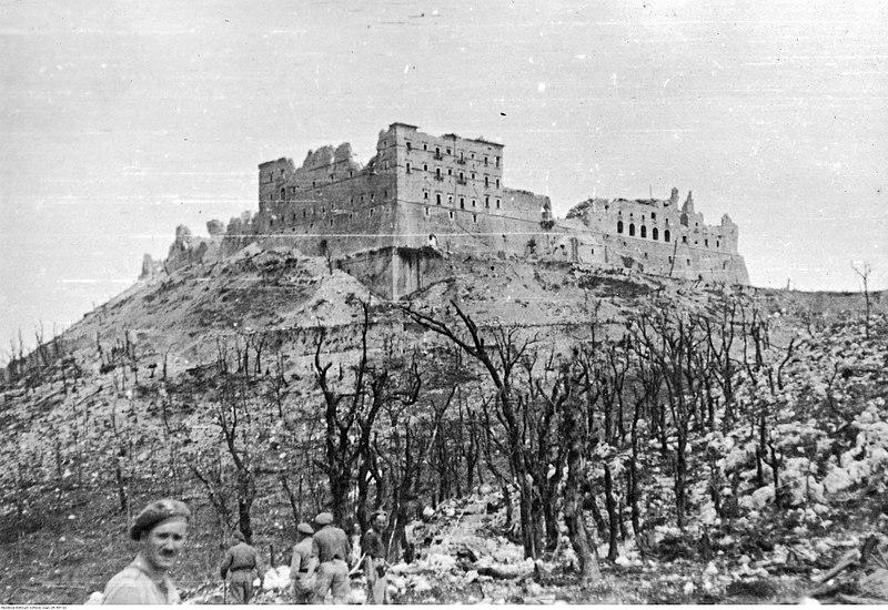 File:Żołnierze 2 Korpusu Polskiego na pobojowisku na Monte Cassino - klasztor NAC 24-447-13.jpg