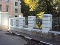 Ограда парадного въезда с калиткой Милютинский пер 01.JPG