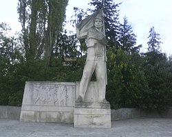 Паметника на Никола Симов в Търговище.jpg