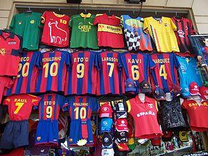 Samarretes en una botiga de souvenirs de Barcelona. 77a6b3f5f6c