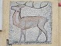 1210 Jedleseerstraße 79-95 Stg. 57 - Mosaik-Hauszeichen Hirsch von Rudolf Beran 1955 IMG 0711.jpg