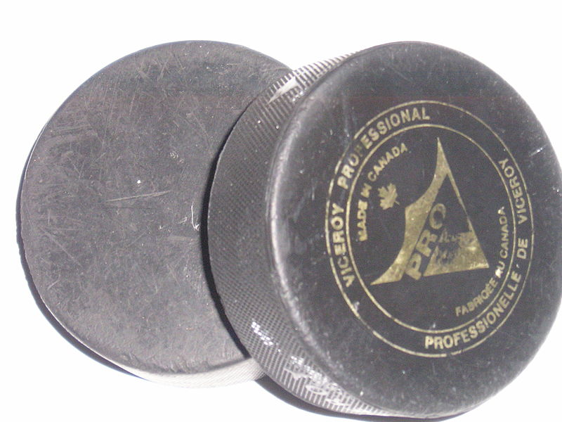 Файл:2hockeypucks.jpg