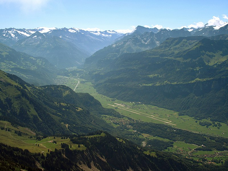 Fil:5949 - Meiringen viewed from the Rothorn - Meiringen Air Force Base.jpg