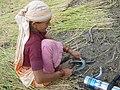 Aiguisage de faucille, Uttarakhand, India.jpg