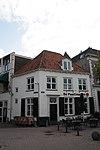 Hoek Lavendelstraat. Huis met eenvoudige gepleisterde lijstgevel