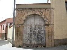 Antico portone nel centro storico del paese