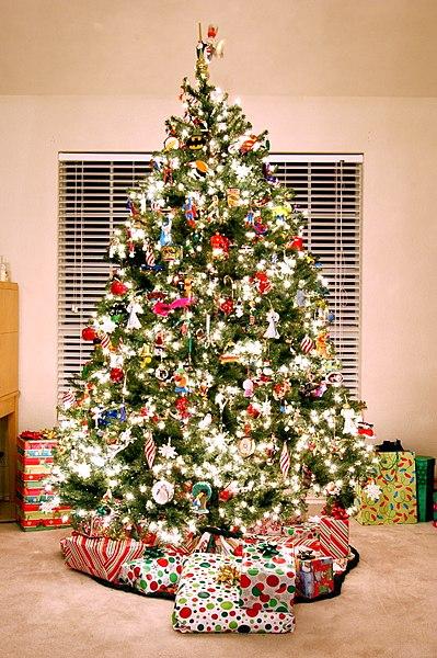 file arbol de navidad con adornos de