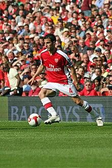 Fàbregas nel 2009 con la maglia dell'Arsenal e la fascia di capitano