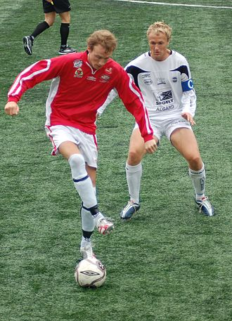 Ålgård FK - Ålgårds captain, Oddbjørn Sivertsen (white jersey), with an Askøy–player, in the match in 2nd division at Kleppestø 4 August 2007.  Photo: Rune Sattler