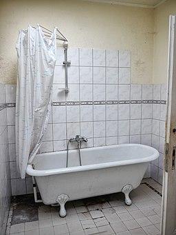 Badewanne mit Duschvorhang P4580383