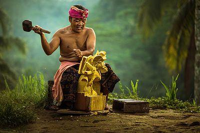 Seorang laki-laki pemahat kayu di Bali, Indonesia.
