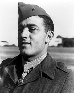 John Basilone mentre indossa la Medal of Honor.