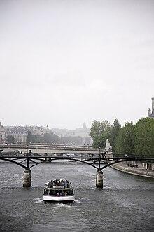 Bateau mouche sous le Pont des Arts.jpg