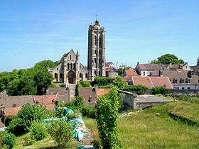 L'église St-Laurent depuis la place du château.