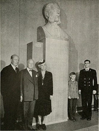 Gardiner Greene Hubbard - 1922 photograph of Bell descendants with statue of Bell
