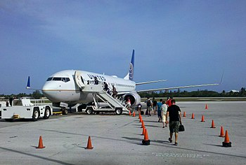English: Passengers boarding United Airlines j...