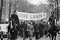 Bouwvakkers demonstreren met vele spandoeken bij het Ceramplein, Bestanddeelnr 921-1042.jpg