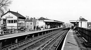 Brondesbury - Image: Brondesbury Station 1922456 560eb 38c