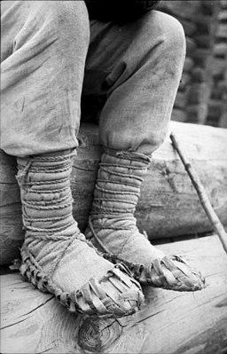 Bundesarchiv Bild 101I-137-1050-04A, Russland, alteMännervorHolzhaus