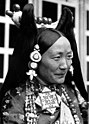 Bundesarchiv Bild 135-S-15-34-36, Tibetexpedition, Frau Ringang in Tracht.jpg