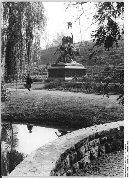 File:Bundesarchiv Bild 183-21822-0009, Berlin-Friedrichshain, Denkmal St. Georg im Kampf mit Drachen.jpg