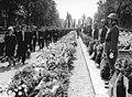 Bundesarchiv Bild 183-F0711-0039-001, Langenweddingen, Eisenbahnunglück, Beerdigung.jpg
