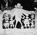 COLLECTIE TROPENMUSEUM Een cementen sculptuur van Adebisi Akanji bij de ingang tot het huis van Susanne Wenger TMnr 20014554.jpg
