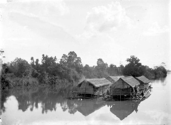 COLLECTIE TROPENMUSEUM Houtvlotten met woningen erop die de rivier Moesi afzakken Palembang Zuid-Sumatra TMnr 10007707