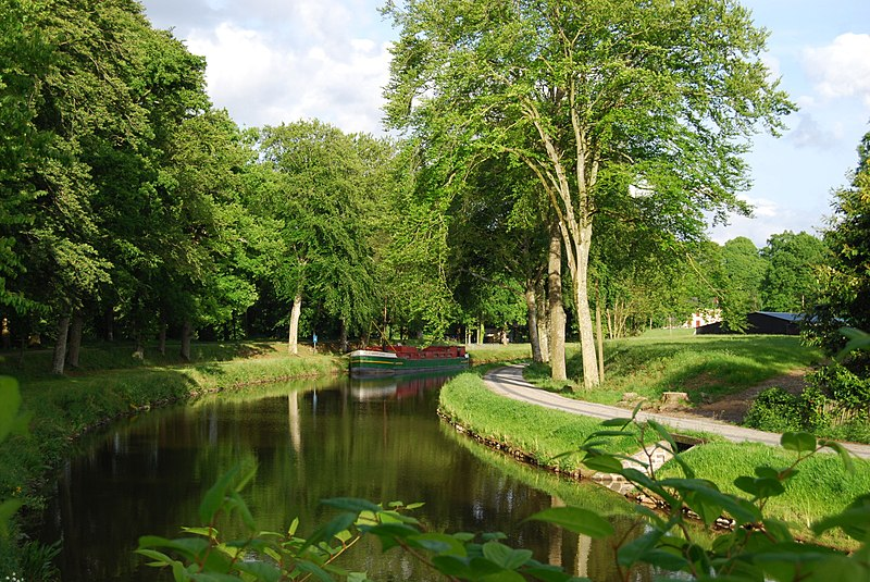 http://upload.wikimedia.org/wikipedia/commons/thumb/a/af/Canal_d'Ille_et_Rance_%C3%A0_Chevaign%C3%A9.jpg/800px-Canal_d'Ille_et_Rance_%C3%A0_Chevaign%C3%A9.jpg