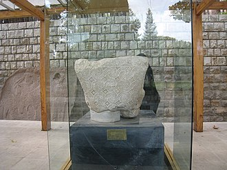 Taq Bostan - Image: Capital of a Sasanian column in Taq e Bostan complex (geomet)